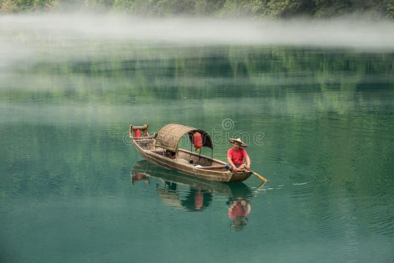 En fiskare av Misty Small Dongjiang arkivbild