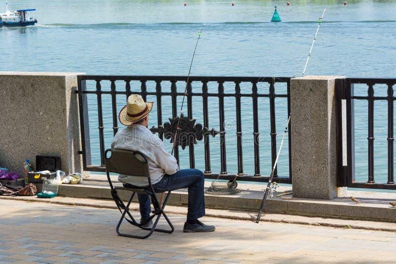 En fiskare i en sugrörhatt royaltyfria bilder