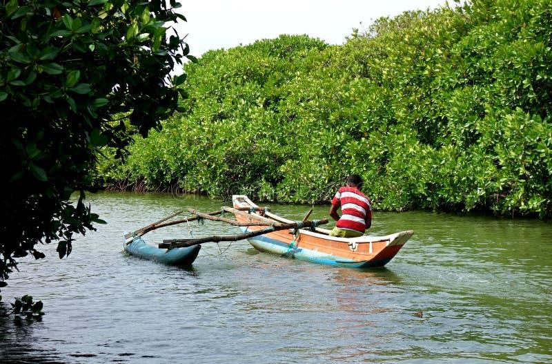 En fiskare i en traditionell srilankesisk fiska kanot fotografering för bildbyråer