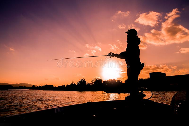 En fiskare ombord på kvällen royaltyfri fotografi