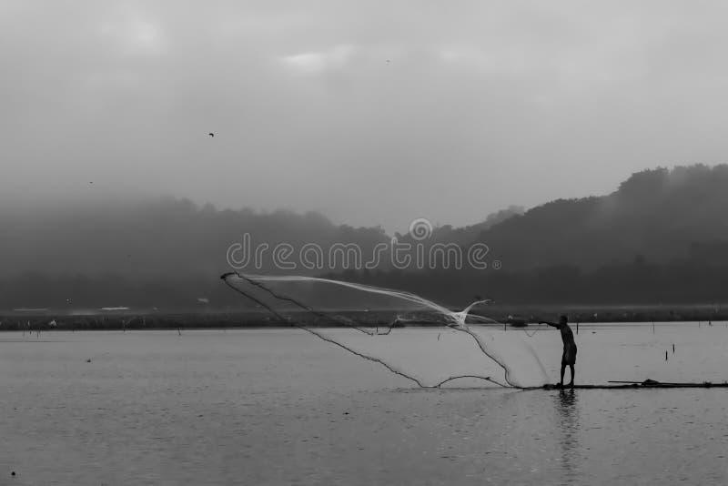 En fiskare på bambuflotten royaltyfri fotografi