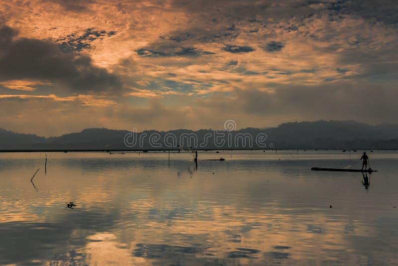 En fiskare på bambuflotten royaltyfri foto