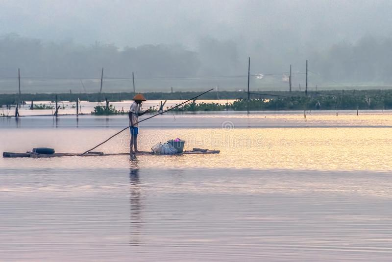 En fiskare på bambuflotten royaltyfria foton