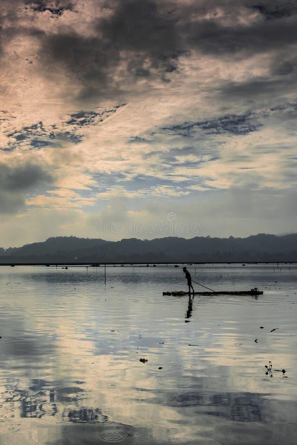 En fiskarekontursikt på bambuflotten arkivfoto