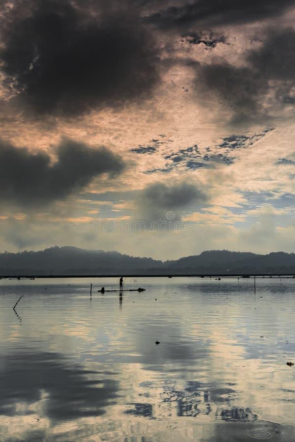En fiskarekontursikt på bambuflotten royaltyfri fotografi