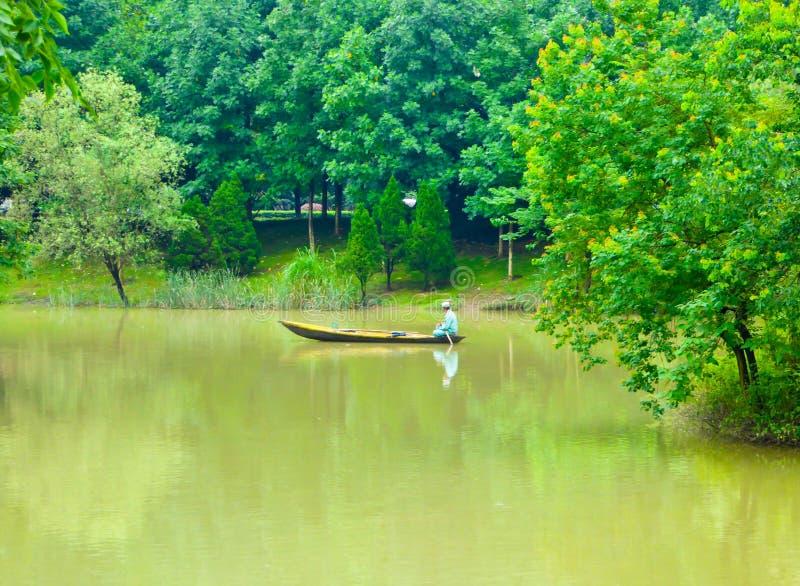 En fiskarerodd på en flod arkivfoton