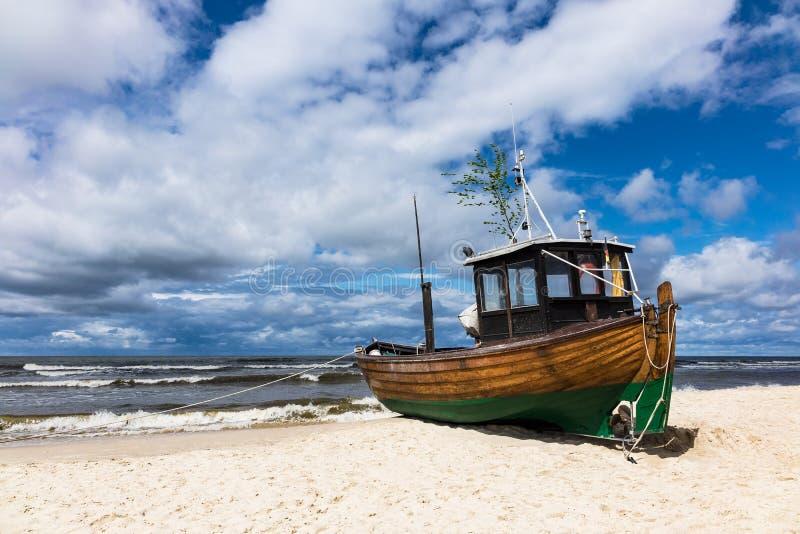 En fiskebåt på kusten av Östersjön i Ahlbeck royaltyfri foto