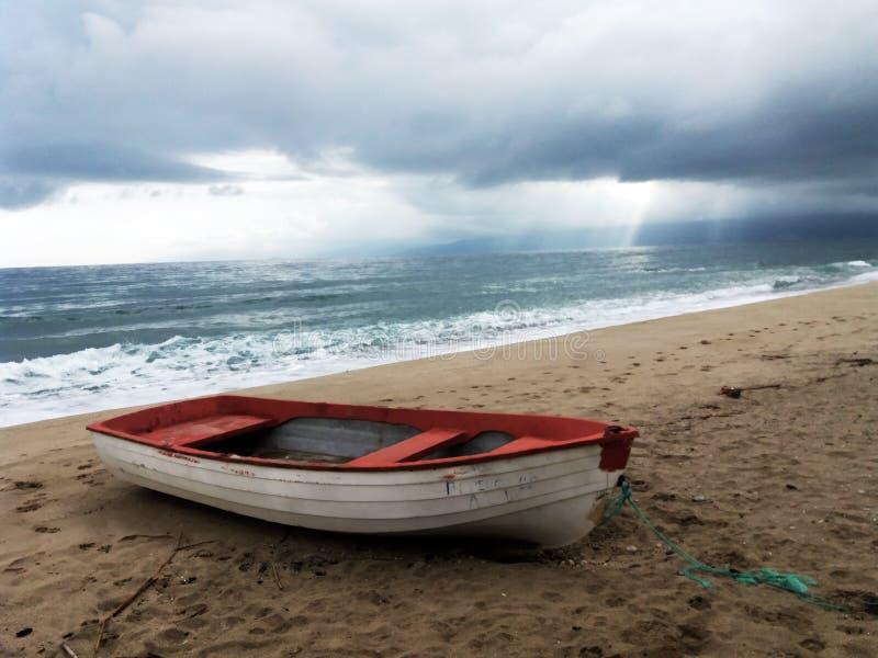 En fiskebåt på stranden i Asprovalta, Grekland arkivfoton
