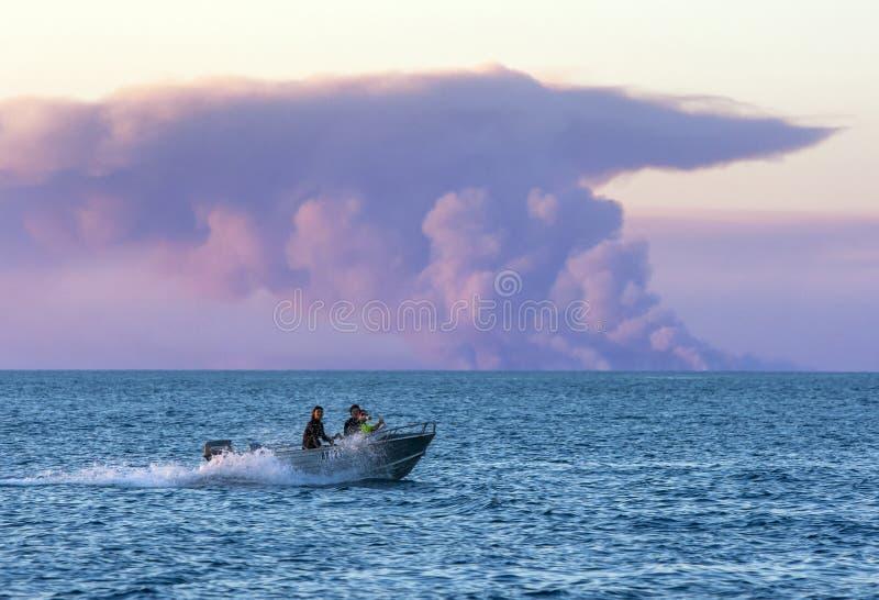 En fiskebåt reser på Indiska oceanen arkivbild