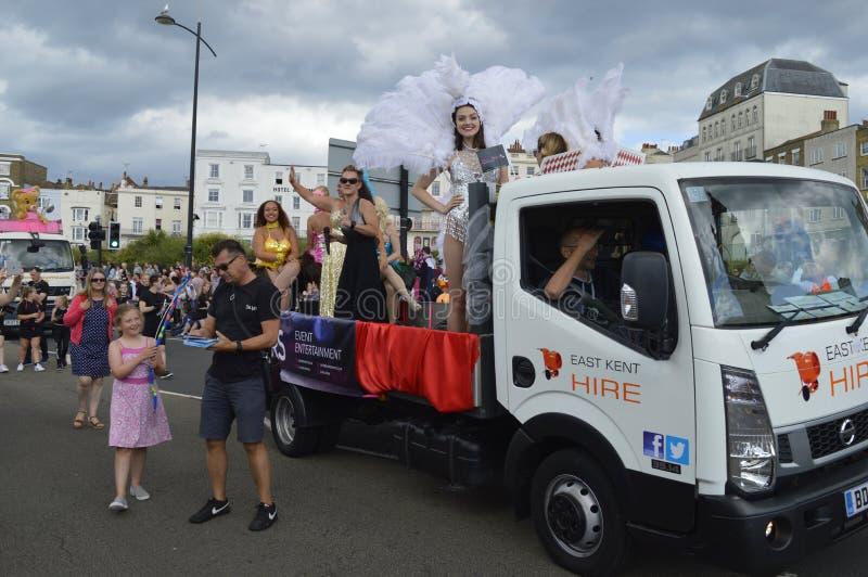 En flöte och kostymerade aktörer i den Margate karnevalet ståtar royaltyfri fotografi