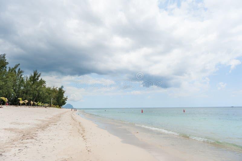 EN FLAC, MAURITIUS DI FLIC - 4 DICEMBRE 2015: Spiaggia in Flic un Flac in Mauritius Cielo nuvoloso ed Oceano Indiano immagini stock