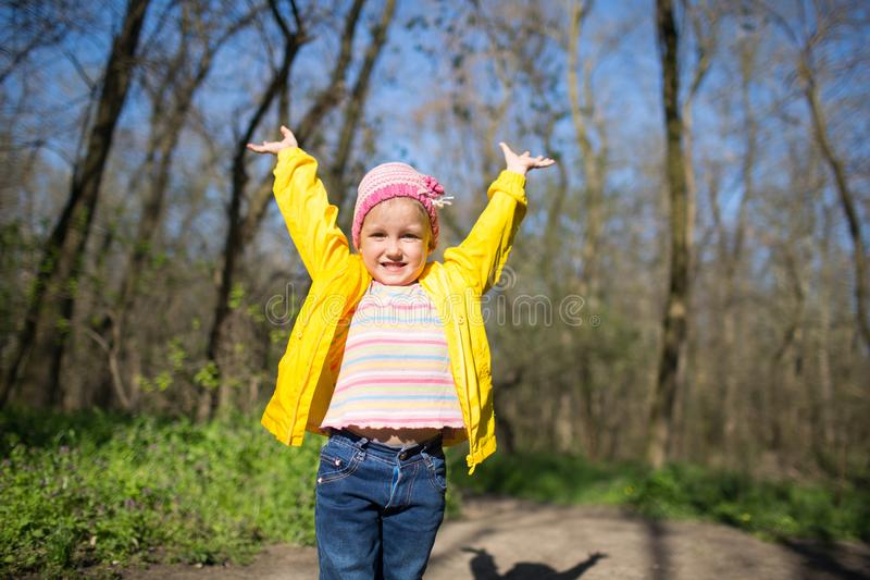 En flicka går i skogen på våren arkivfoto