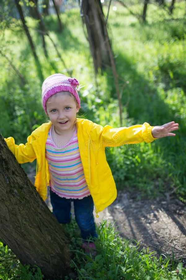 En flicka går i skogen på våren arkivbild