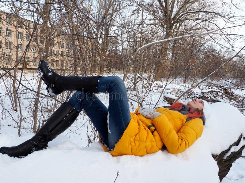 En flicka går in i snö-täckt parkerar arkivbild