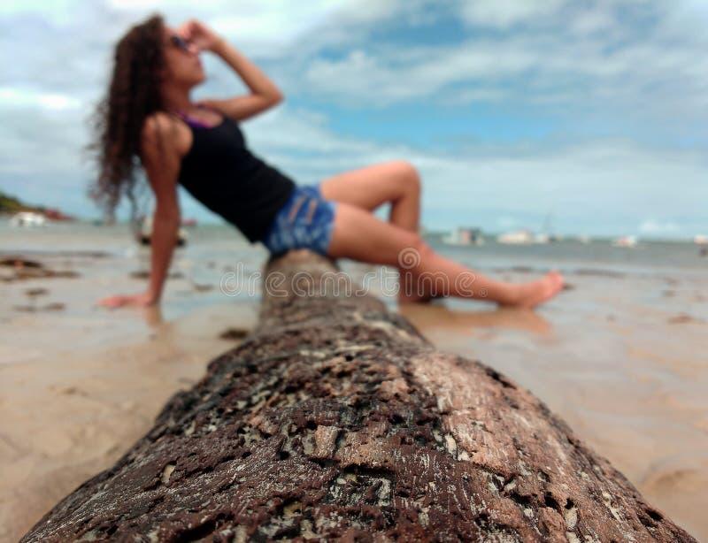 En flicka i den Brasilien stranden royaltyfria foton