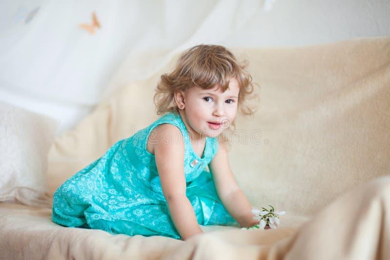 En flicka i en turkosklänning fotografering för bildbyråer