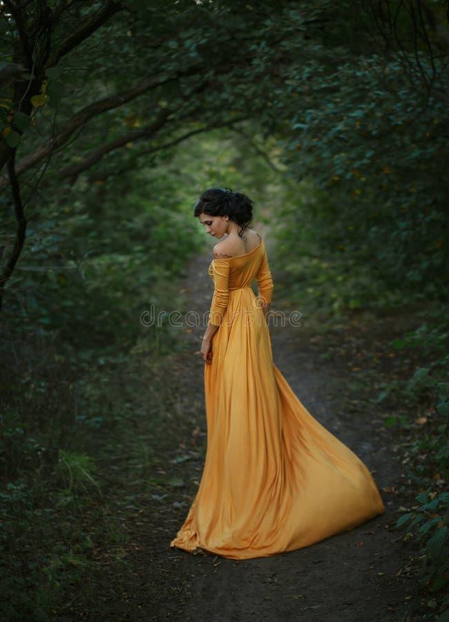 En flicka i en tappningklänning royaltyfri fotografi