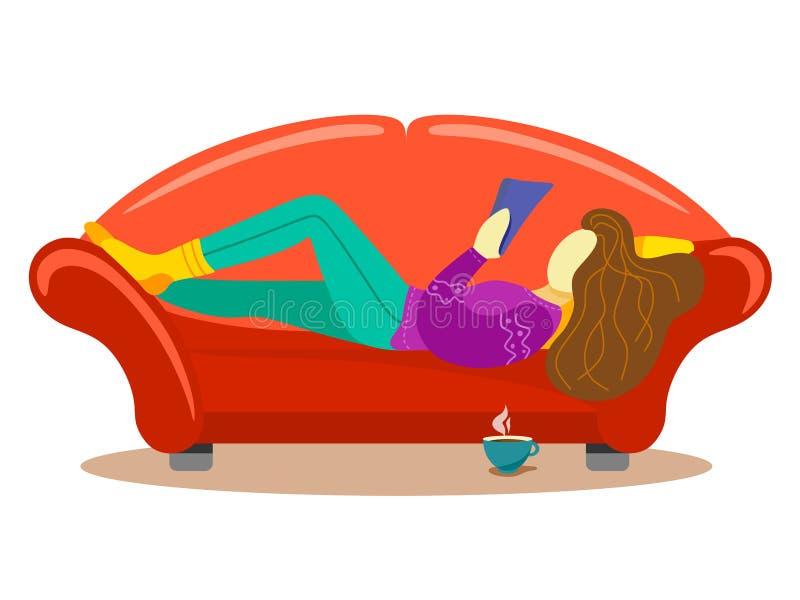 En flicka med en kopp av den varma drinken ligger på soffan som läser en bok Plan stiltecknad filmillustration på vit bakgrund royaltyfri illustrationer