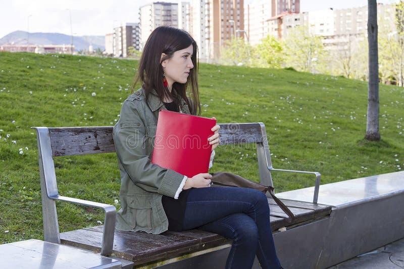 En flicka med en mapp arkivfoton
