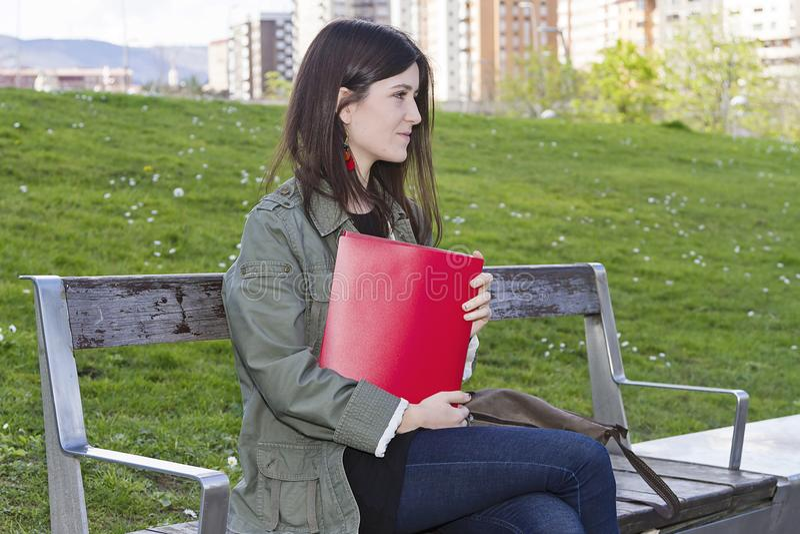 En flicka med en mapp arkivbilder
