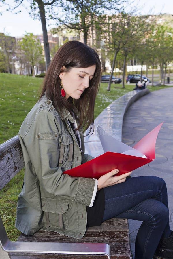 En flicka med en mapp royaltyfri fotografi