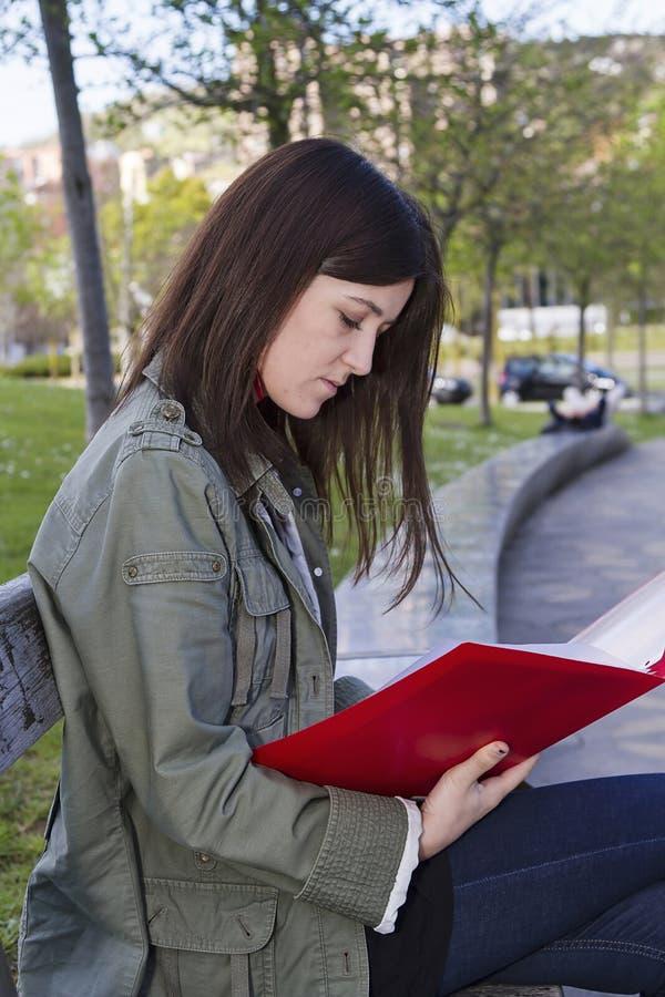 En flicka med en mapp royaltyfri bild