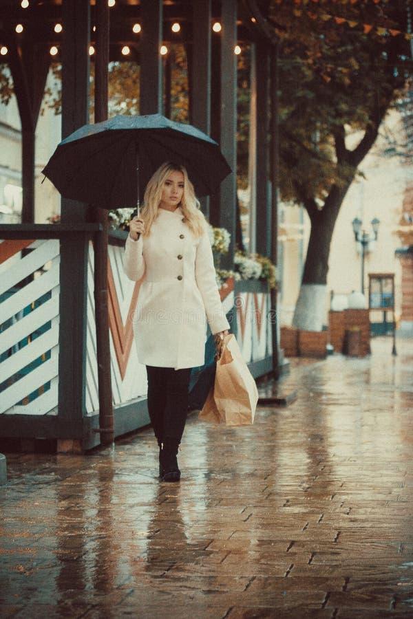 En flicka med naturlig vit kanfastotebag för eco royaltyfri fotografi