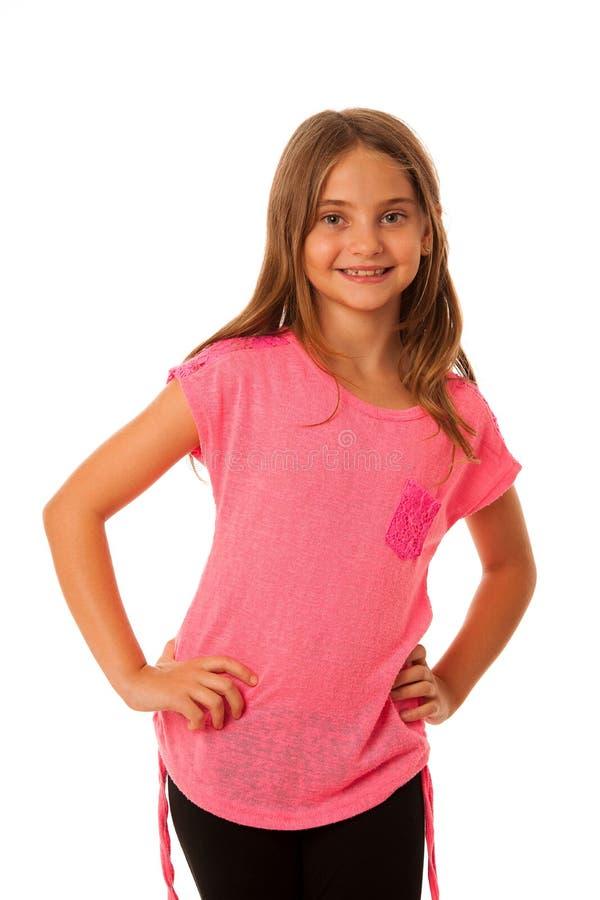 En flicka med trendigt posera för plagg som isoleras över vit arkivfoton