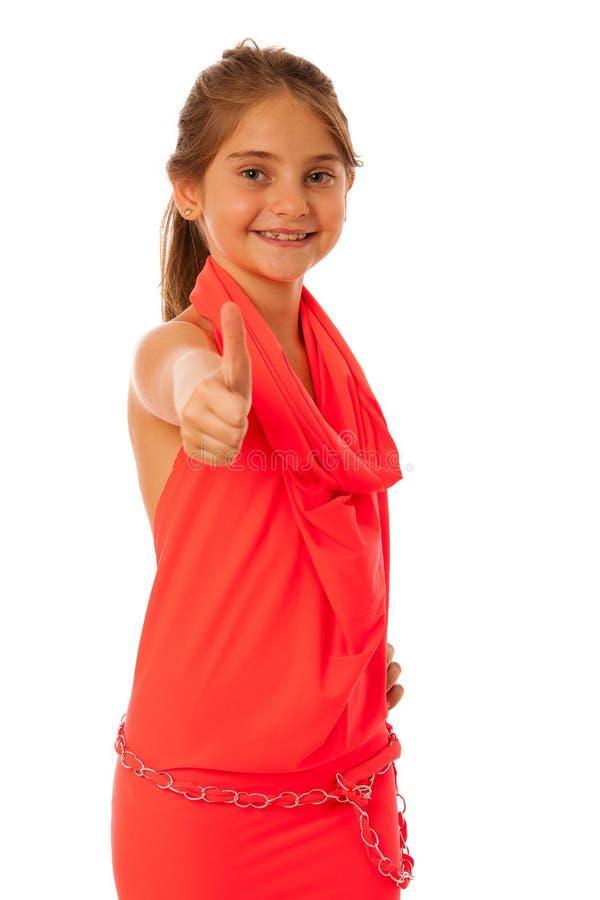 En flicka med trendigt posera för plagg som isoleras över vit arkivbild