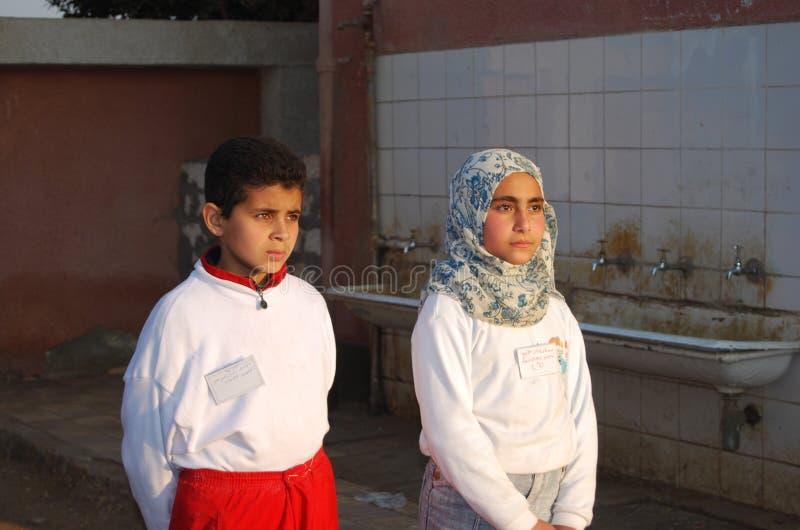 En flicka och en pojke på skolan i Egypten fotografering för bildbyråer