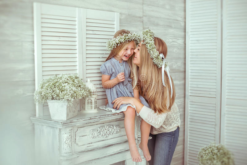 En flicka och hennes moder har gyckel tillsammans arkivfoto