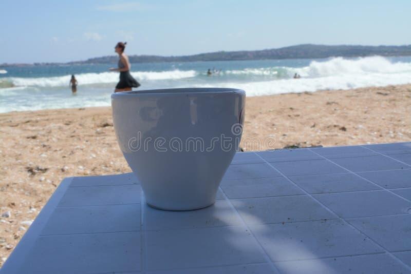 En flicka på kaffekoppen royaltyfri foto
