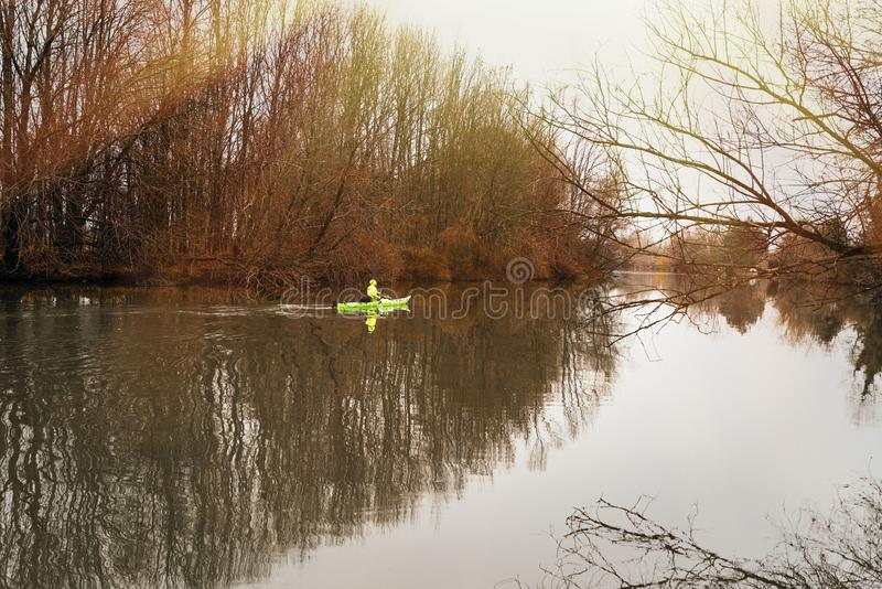 En flicka på en kajak Flickaflötena på floden i en kajak royaltyfri bild