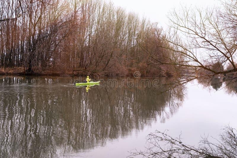 En flicka p? en kajak Flickafl?tena p? floden i en kajak fotografering för bildbyråer
