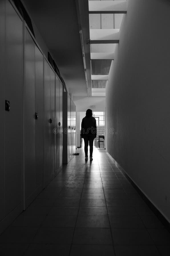 En flicka som är borttappad i en byggnad arkivfoton