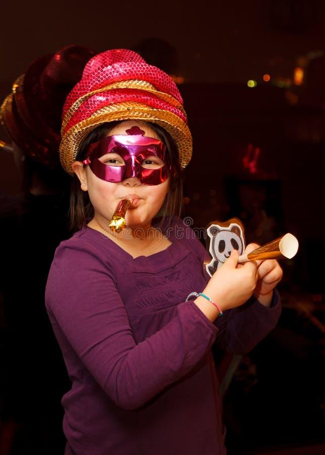 En flicka som firar nyårsafton royaltyfri bild