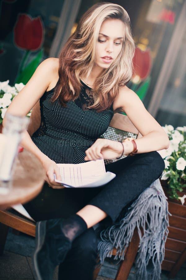 En flicka som talar på telefonen arkivfoton