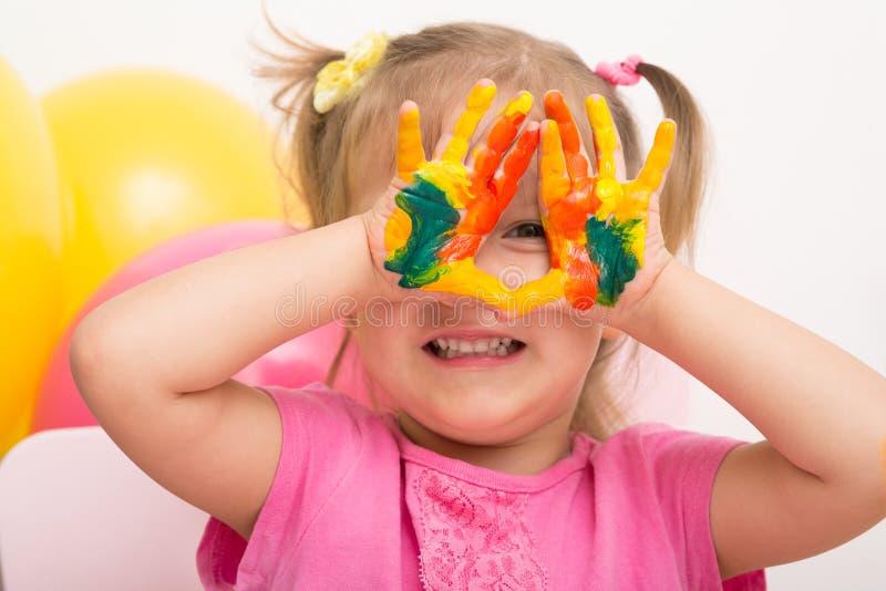 En flicka visar gömma i handflatan i målarfärg fotografering för bildbyråer
