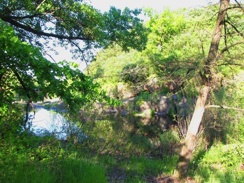 En flod bak en sten Ridge arkivfoton