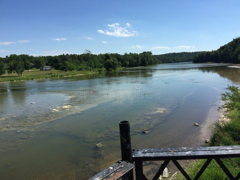 En flod bredvid den Benmiller gästgivargården & Spa i ett trevligt fridsamt område i Goderich Ontario Kanada fotografering för bildbyråer