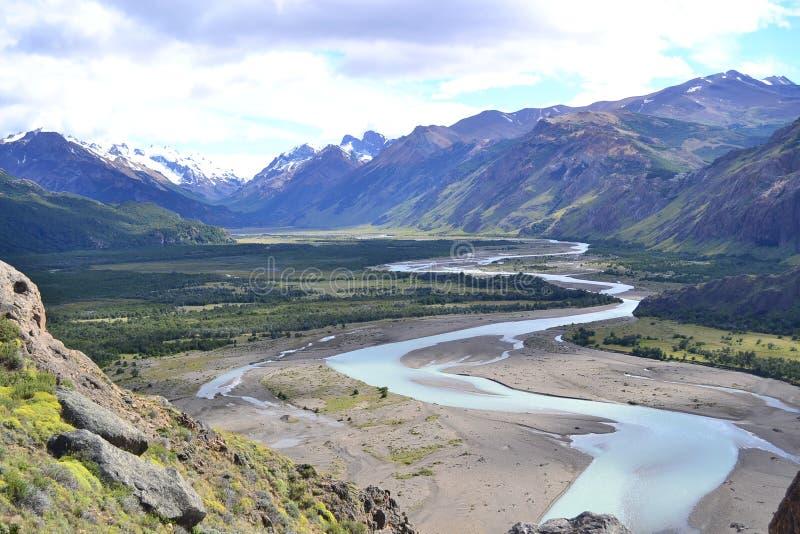 En flod mellan bergen royaltyfria foton