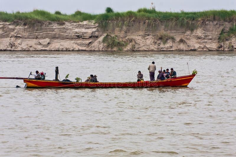 En flodtaxi på den Irrawaddy floden nära Mandalay, Myanmar fotografering för bildbyråer