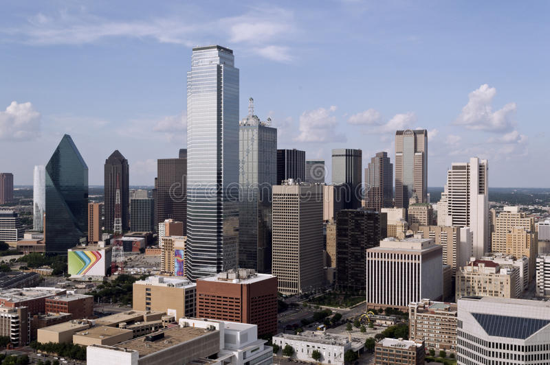 En flyg- sikt av Dallasen, Texas horisont på en solig dag arkivfoton
