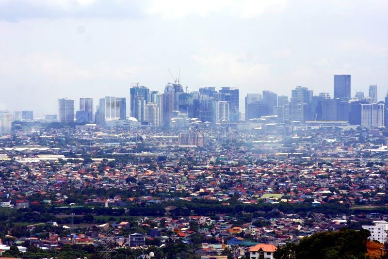 En flyg- sikt av kommersiella och bostads- byggnader och etableringar i städerna av Cainta, Taytay, Pasig, Makati och Taguig royaltyfri foto