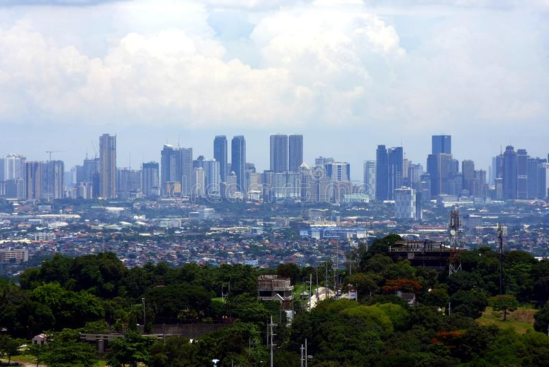 En flyg- sikt av kommersiella och bostads- byggnader och etableringar i städerna av Cainta, Taytay, Pasig, Makati och Taguig royaltyfria foton