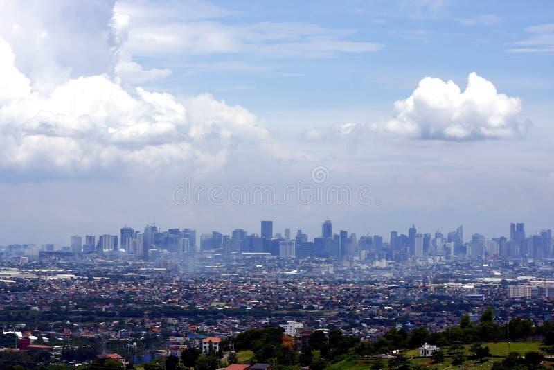 En flyg- sikt av kommersiella och bostads- byggnader och etableringar i städerna av Cainta, Taytay, Pasig, Makati och Taguig arkivbilder