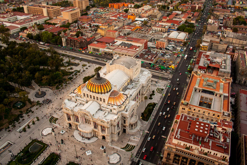 En flyg- sikt av Mexico - stad och slotten av konster royaltyfria foton