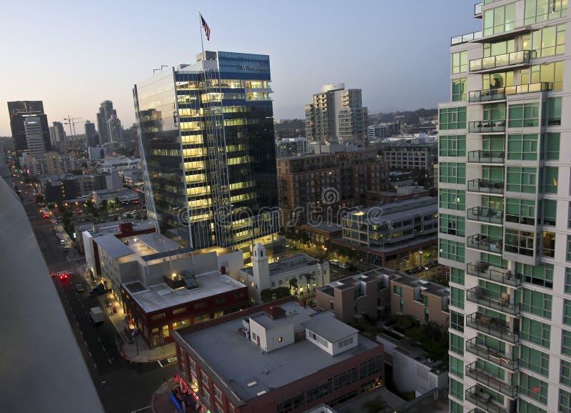 En flyg- sikt av San Diego på skymning arkivbild