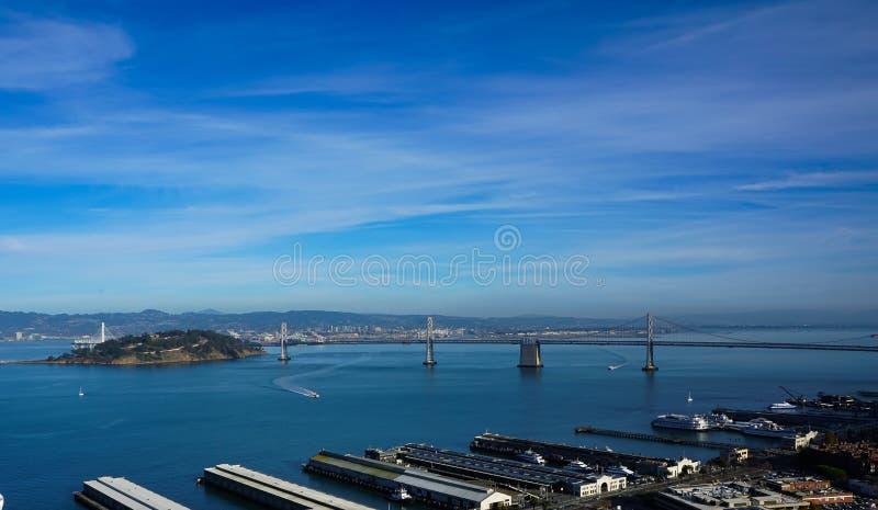 En flyg- sikt av San Francisco Bay och port arkivbilder