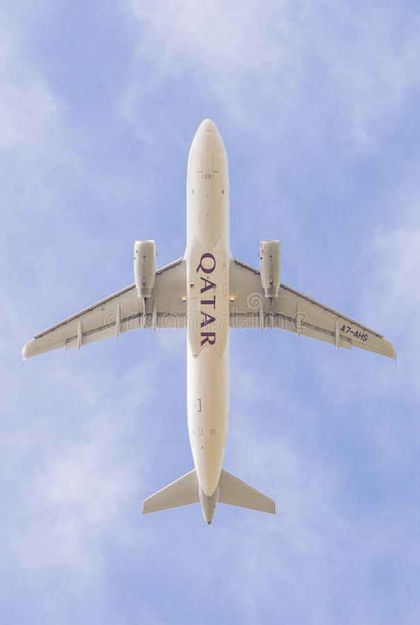 En flygplanflygbuss A320-200 av Qatar Airways tar av från den Pisa flygplatsen som underifrån fotograferas royaltyfria foton